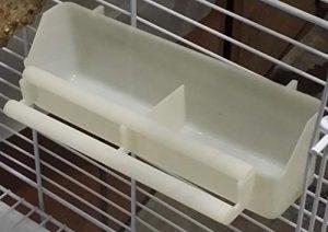 GYPO Oiseau Plastique Perroquet Pigeon Feeder Oiseau Distributeur d'eau Parrot Drinker Fountain Hanging Fente d'alimentation Oiseau-Blanc