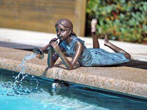Liegendes fille avec flûte comme Gargouille